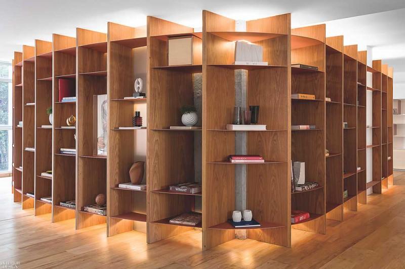 Thiết kế tủ sách hiện đại, được chiếu xuống bởi đèn LED làm nổi bật tủ sách