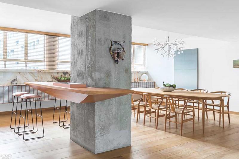 Trụ cột bê tông được ôm sát khéo léo bởi chiếc bàn ăn đa năng
