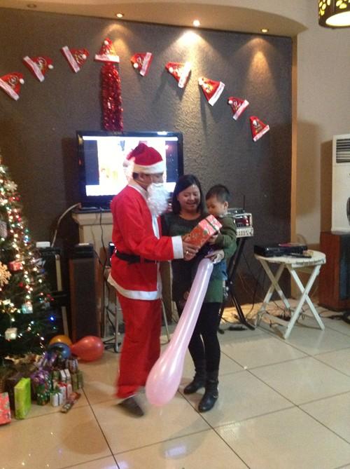 Ông già Noel tặng quà các cháu nhỏ
