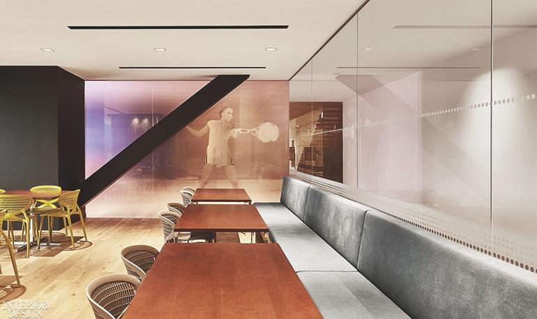 Bên trong phòng chờ là một bức tường gắn rất nhiều quả bóng tenis làm nổi bật và đề cao môn thể thao này