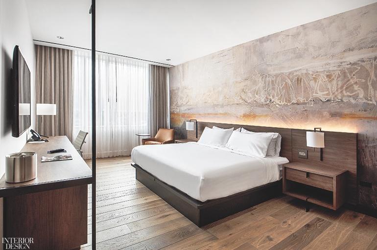 Phòng nghỉ sử dụng tone màu êm dịu mang lại cảm giác thư thái. Sự kết hợp của bàn làm việc trong không gian vô cùng phù hợp với những ai cần phải làm việc một cách linh động.
