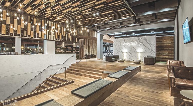 Thiết kế nội thất trần được sắp xếp theo hình khối tại phòng chờ, được kết hợp từ những mảnh gỗ sồi, mdf ..