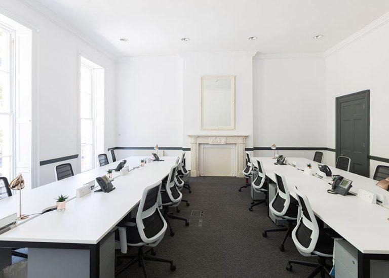 Thiết kế văn phòng quận 12 với tông màu đen trắng thời thượng