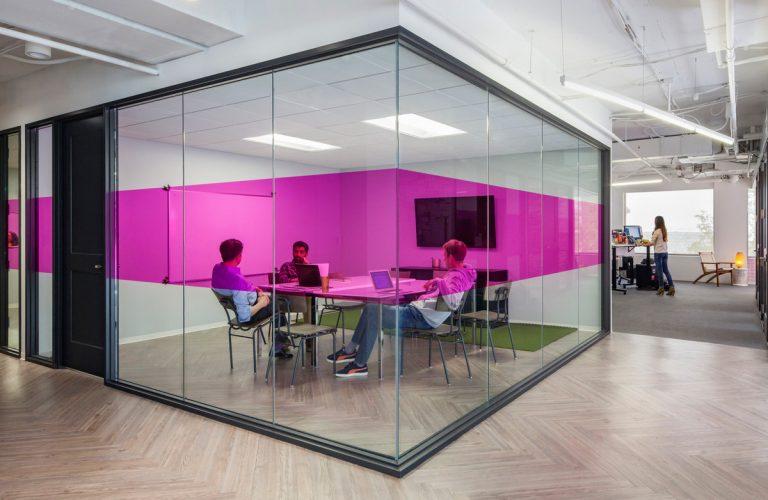 Thiết kế văn phòng quận 8 với điểm nhấn là sắc hồng trẻ trung
