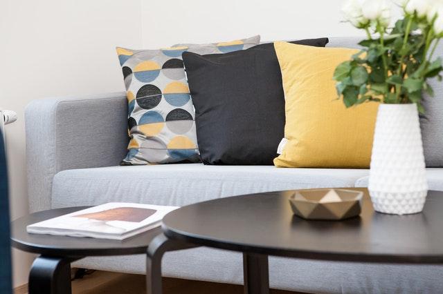 Thiết kế nội thất văn phòng quận 10 dùng màu vàng là điểm nhấn